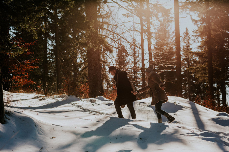 couple walking in the snowy landscape