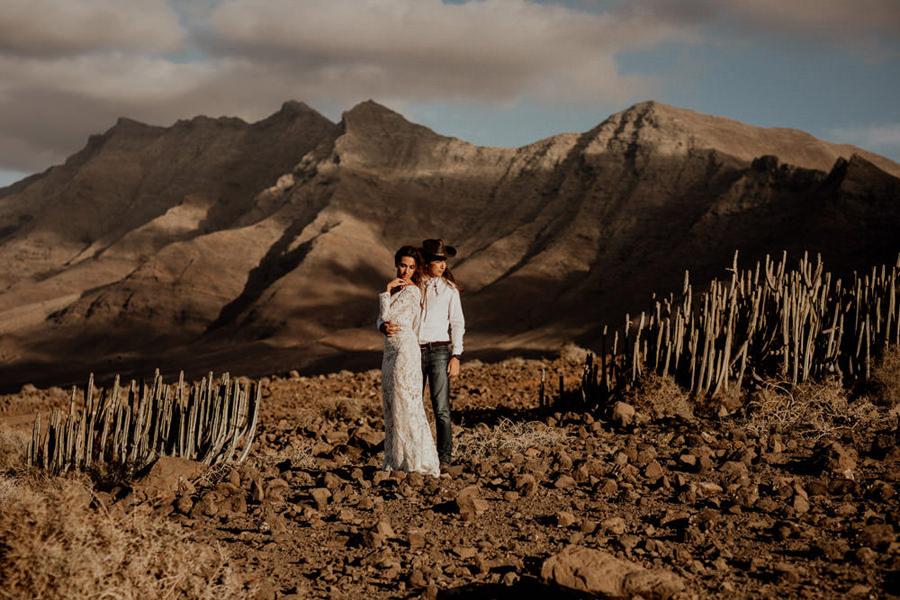 Joanna-Jaskolska-Photography-Wedding-Photographer-Fuerteventura-mountains-couple-portrait