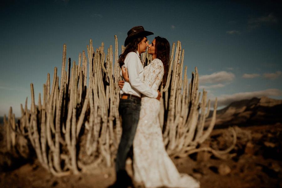 Joanna-Jaskolska-Photography-Wedding-Photographer-Fuerteventura-mountains- couple-cactus