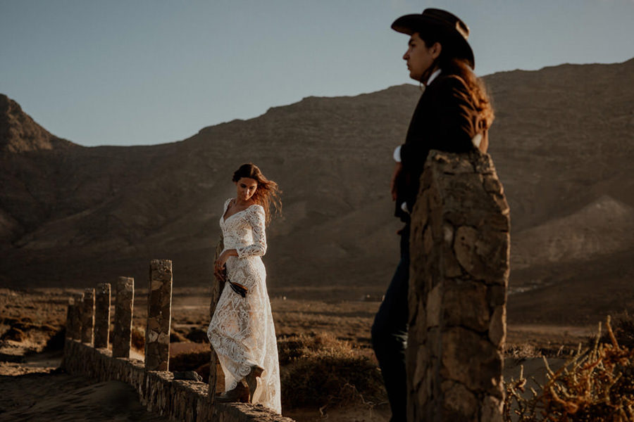 Joanna-Jaskolska-Photography-Wedding-Photographer-Fuerteventura-mountains-couple-sunset