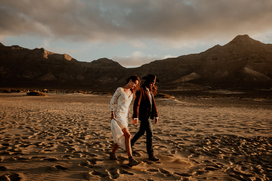Joanna-Jaskolska-Photography-Wedding-Photographer-Fuerteventura-mountains-cofete-beach-couple-walking
