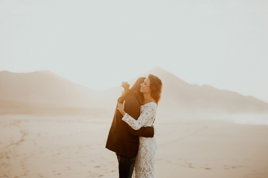 Joanna-Jaskolska-Photography-Wedding-Photographer-Fuerteventura-mountains-couple-hug-sunset
