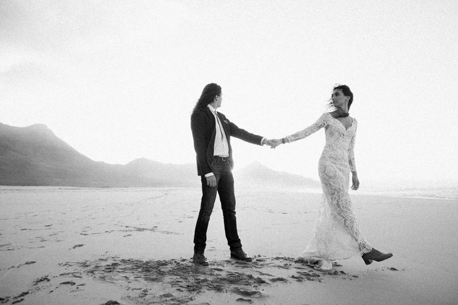 Joanna-Jaskolska-Photography-Wedding-Photographer-Fuerteventura-mountains-couple-cofete-sunset