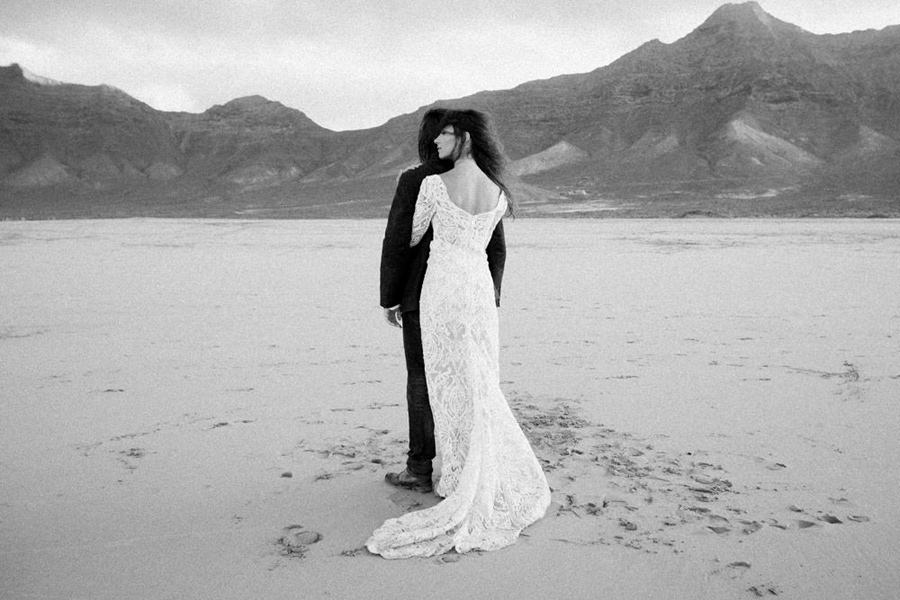 Joanna-Jaskolska-Photography-Wedding-Photographer-Fuerteventura-mountains-cofete-sunset-hug