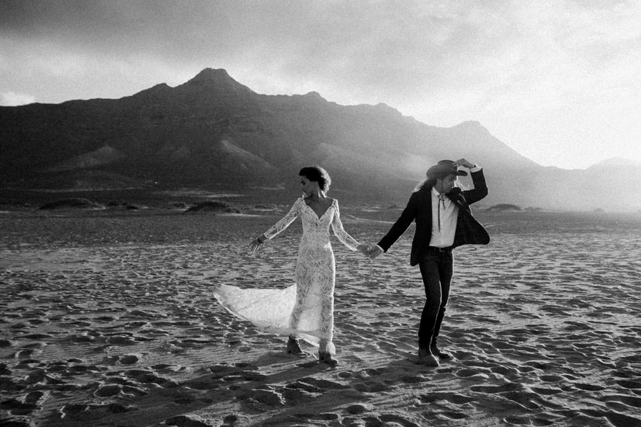 Joanna-Jaskolska-Photography-Wedding-Photographer-Fuerteventura-mountains-cofete-beach-session
